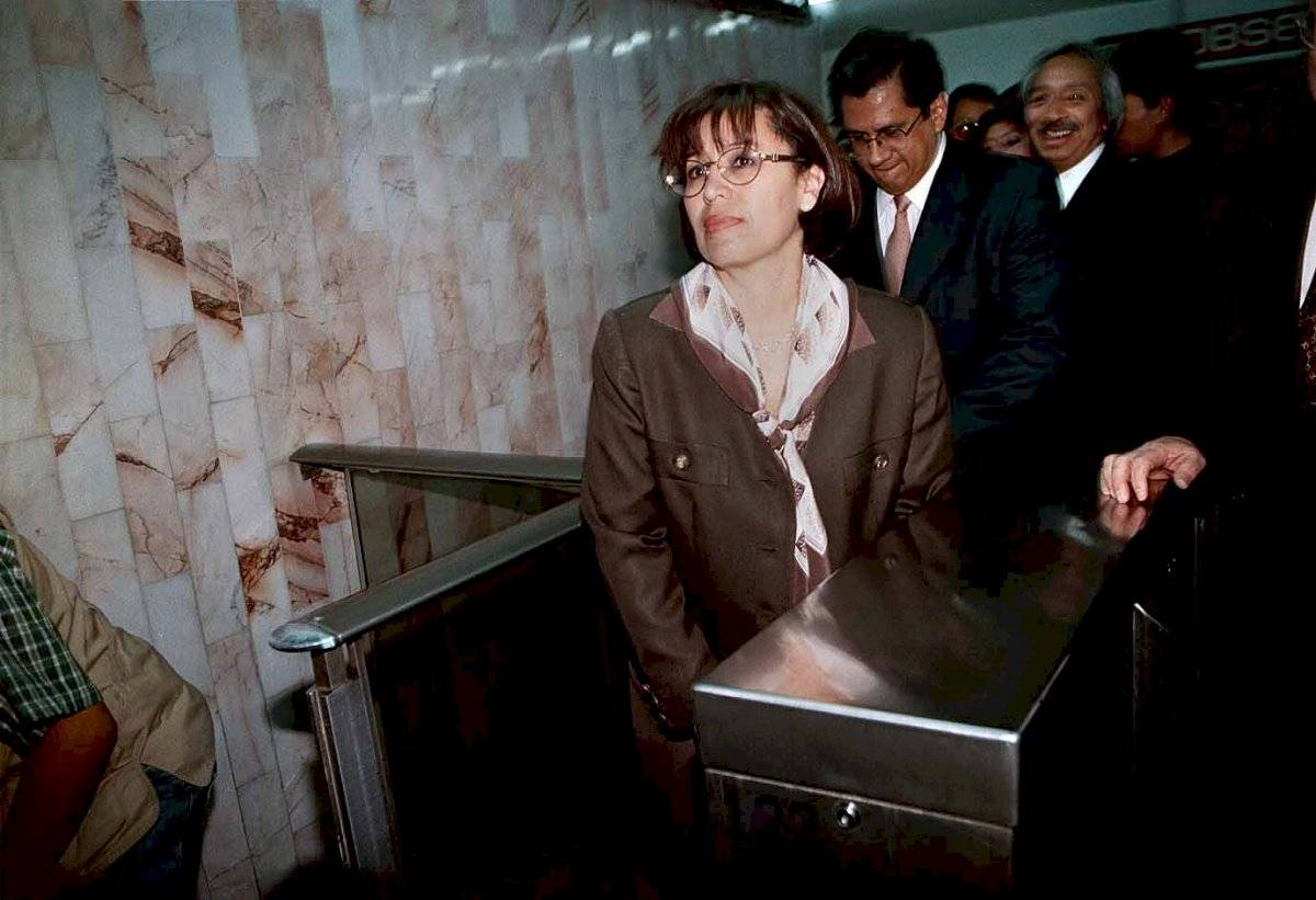 La jefa del gobierno capitalino, Rosario Robles Berlanga realiza una gira de trabajo y se transporta en el metro de la linea 1; entra en la estación Cuauhtémoc. (Febrero del año 2000)