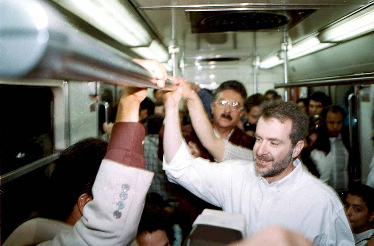 Marzo del año 2000. Santiago Creel Miranda, entonces candidato del PAN al gobierno del D.F. viaja en el Metro para visitar el Mercado de la Lagunilla