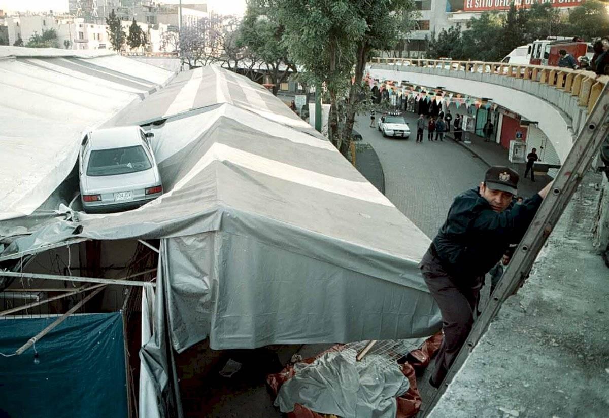Marzo del año 2000. Un auto que circulaba sobre la Glorieta de Insurgentes a exceso de velocidad se salió del arroyo vehicular y voló alrededor de 15 metros para caer sobre unos comercios semifijos a las afueras de la estación