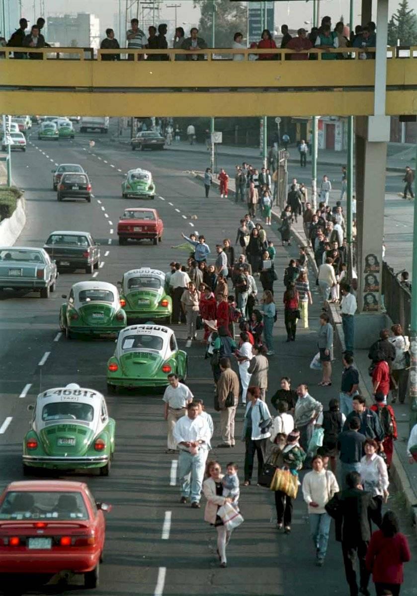 Abril del año 2000. Por una avería en la línea 3, miles de personas llegaron tarde a sus centros de trabajo. Camiones y taxis resultaron insuficientes para poder transportar a las personas, quienes desesperadas iban colgadas de los autobuses. La foto es a