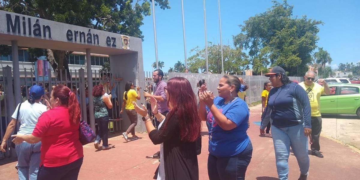 Maestros de escuela en Levittown protestan por no recibir su salario