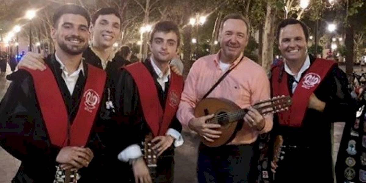 """Volvió a aparecer: captan a Kevin Spacey cantando """"La Bamba"""" en plena calle"""