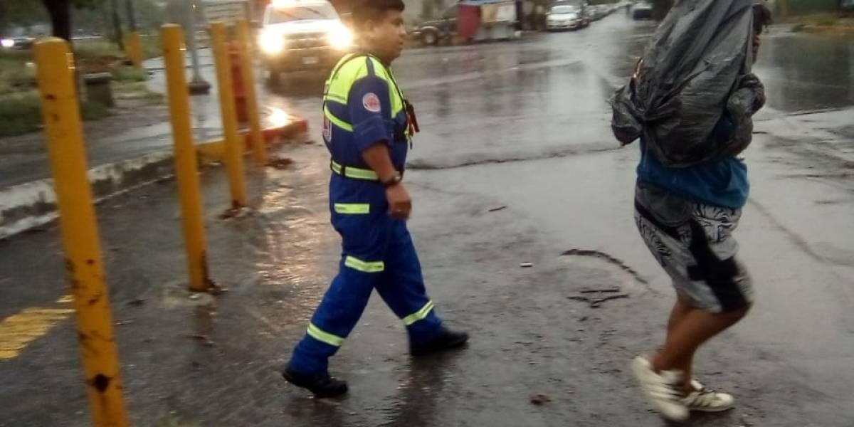 Auxilian a hombre atrapado en la corriente a bordo de su vehículo