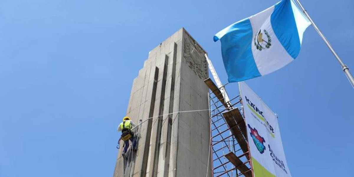 Realizan limpieza de Plaza Obelisco en el marco de las fiestas patrias