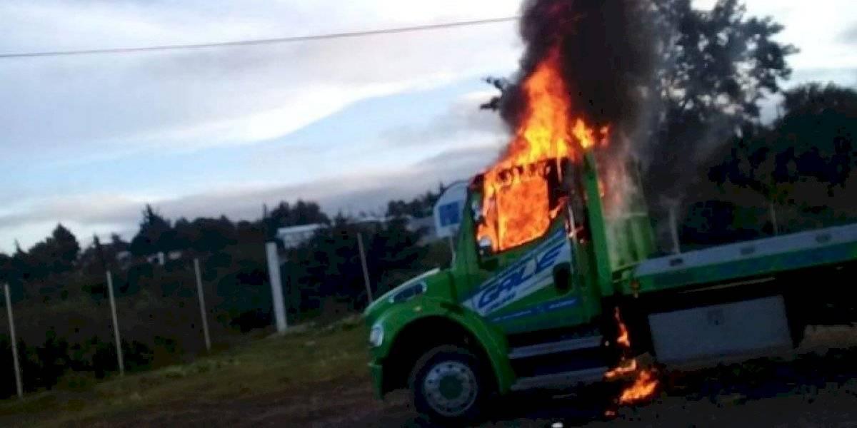Transportistas incendian grúas en Nochixtlán