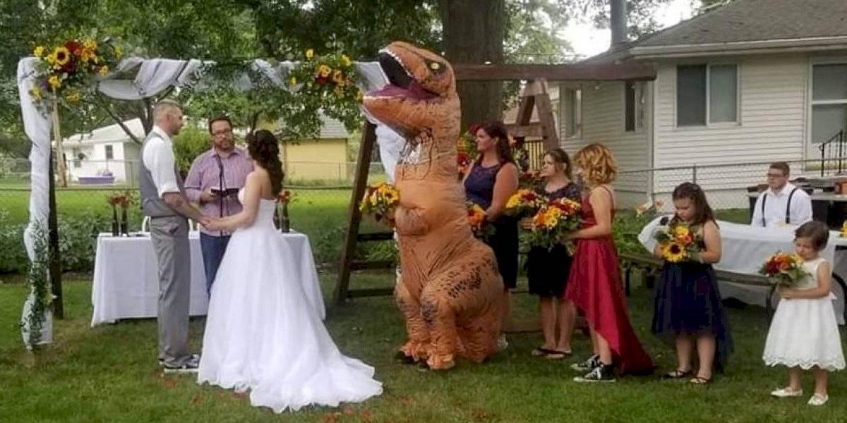 """Épico: le dijo a su hermana y dama de honor que podía ir vestida con """"cualquier cosa"""" para su boda y llegó disfrazada de Tiranosaurio Rex"""