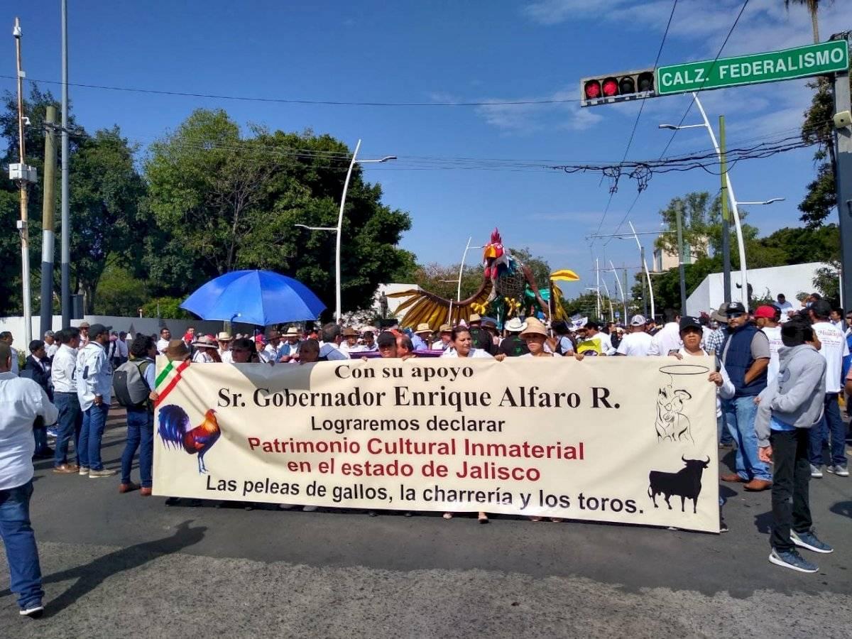 Galleros protestan en Jalisco ante amenazas de sancionar peleas