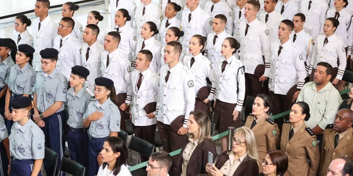 Bolsonaro assina decreto para implementar escolas cívico-militares nos estados