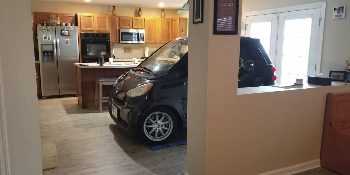Familia resguarda su coche en la cocina por el huracán Dorian
