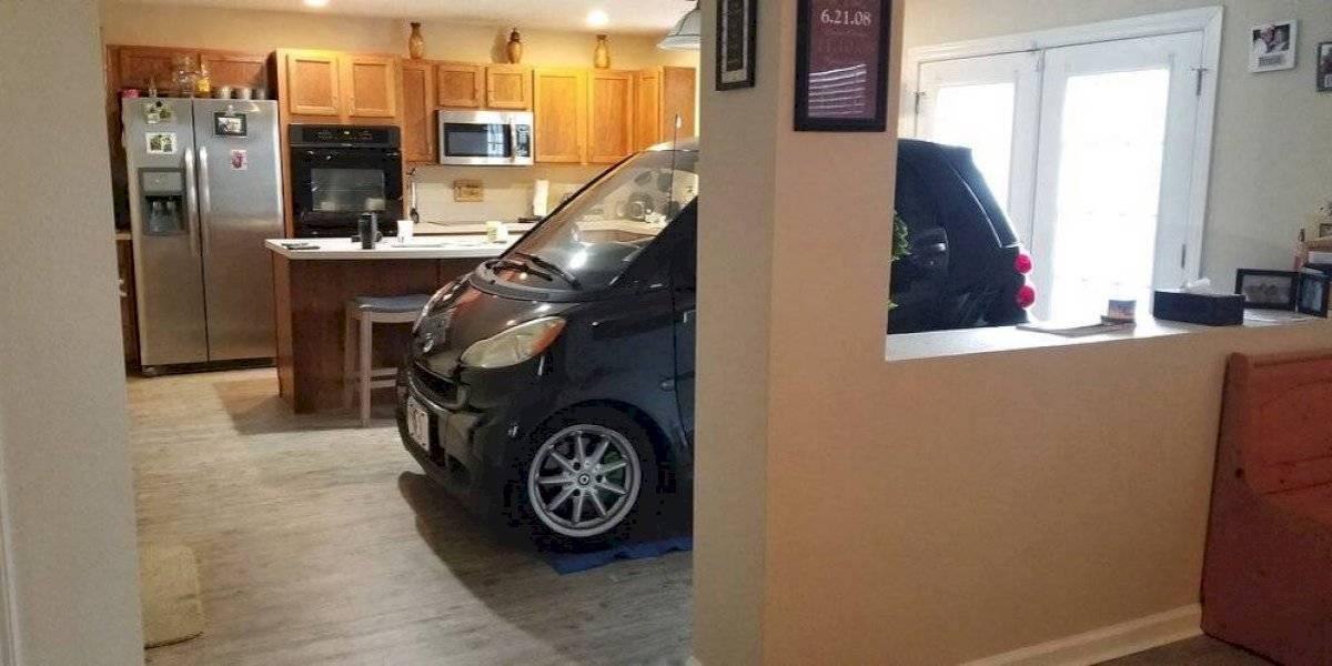 Hombre estacionó su auto en la cocina de su casa para protegerlo del huracán Dorian