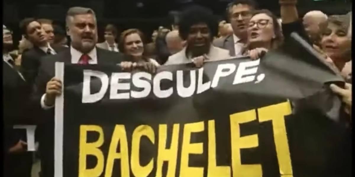 """""""Disculpe Bachelet, estamos con usted"""": parlamentarios llegan con lienzos al Congreso de Brasil para dar disculpas por las palabras de Bolsonaro"""