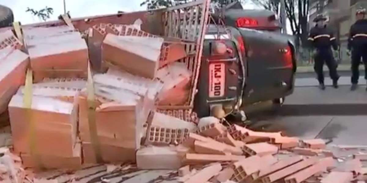 En aparatoso accidente, motociclista terminó debajo de los ladrillos que transportaba tractomula