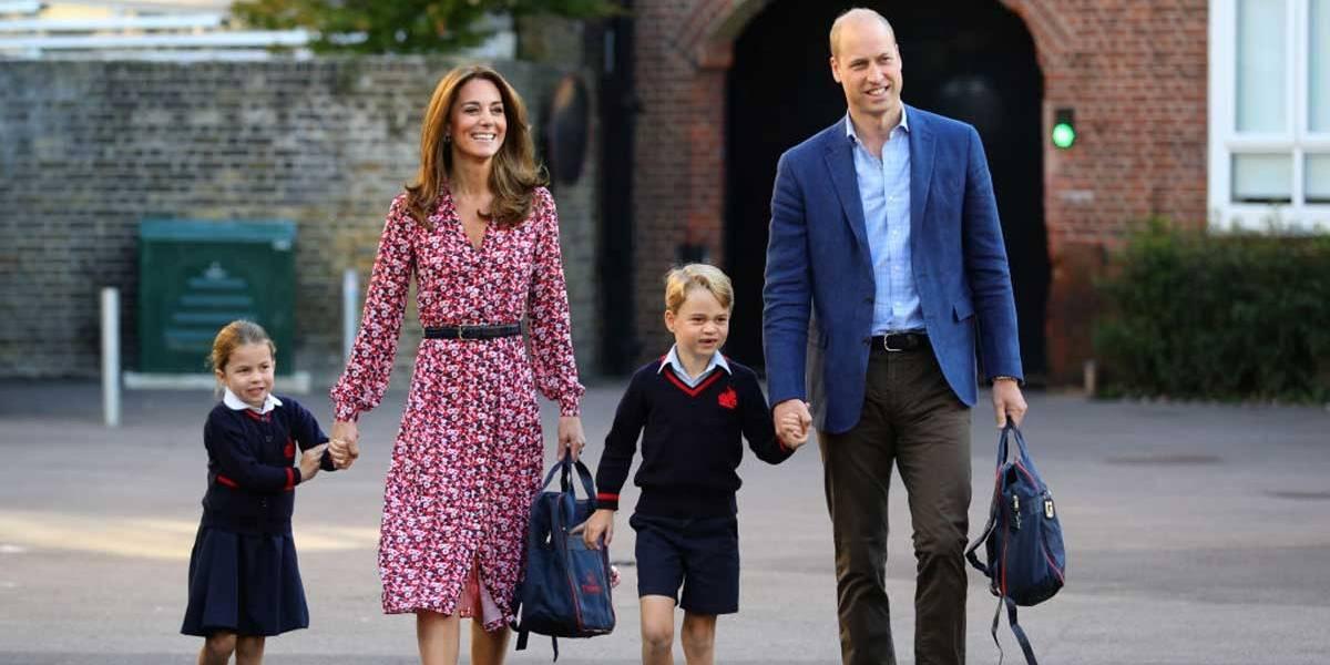 Acompanhada de George, princesa Charlotte chega para primeiro dia de aula