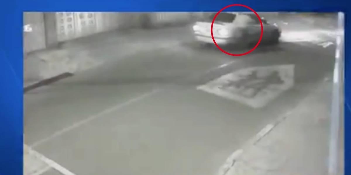 (VIDEO) Conductor de aplicación de transporte robó y arrastró por varios metros a un usuario