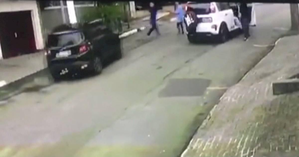 Homem baleado na frente do filho
