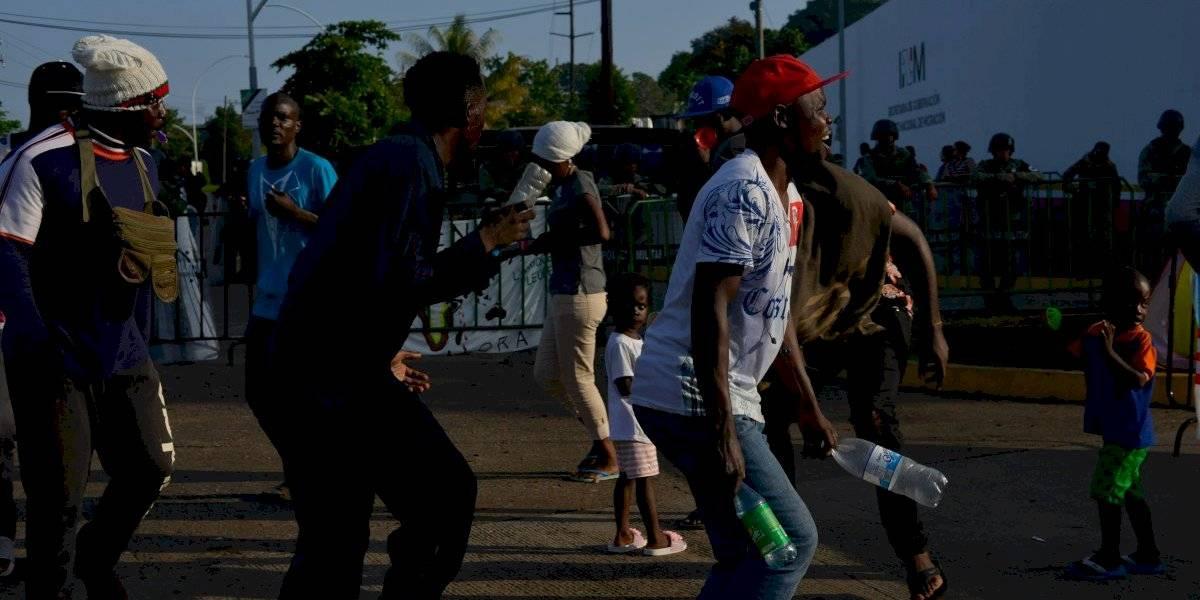 Continúan enfrentamientos entre migrantes y policías en Chiapas