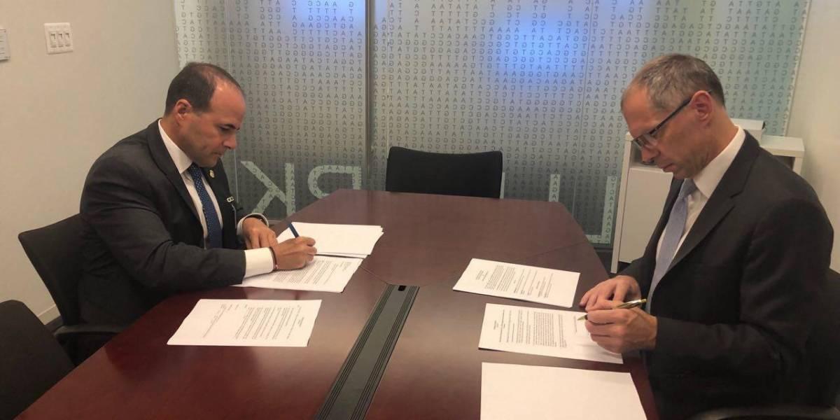Jefe de Departamento de Seguridad Pública firma contrato para análisis de 'safe kits'