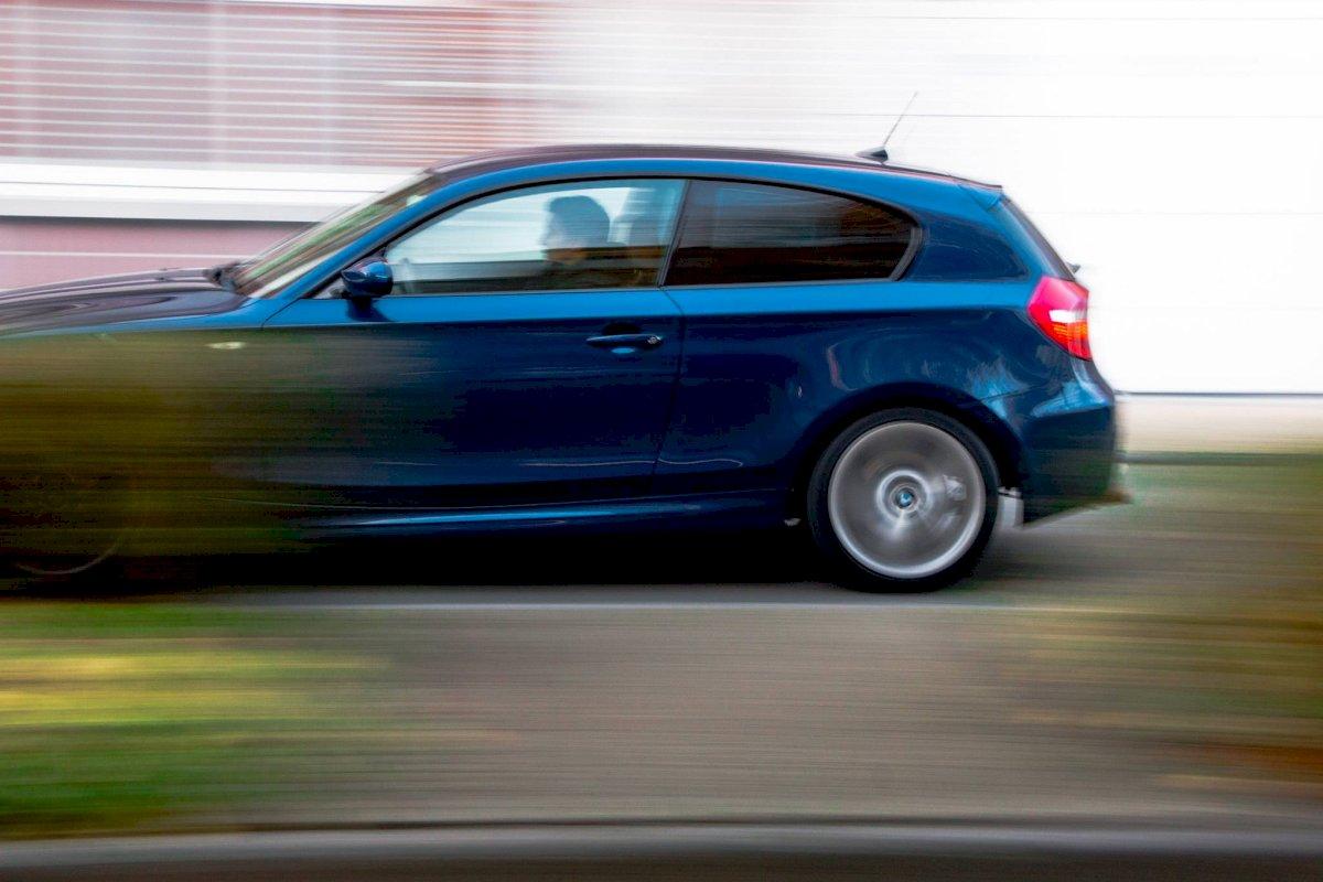 Conducir. Velocidad. Auto.