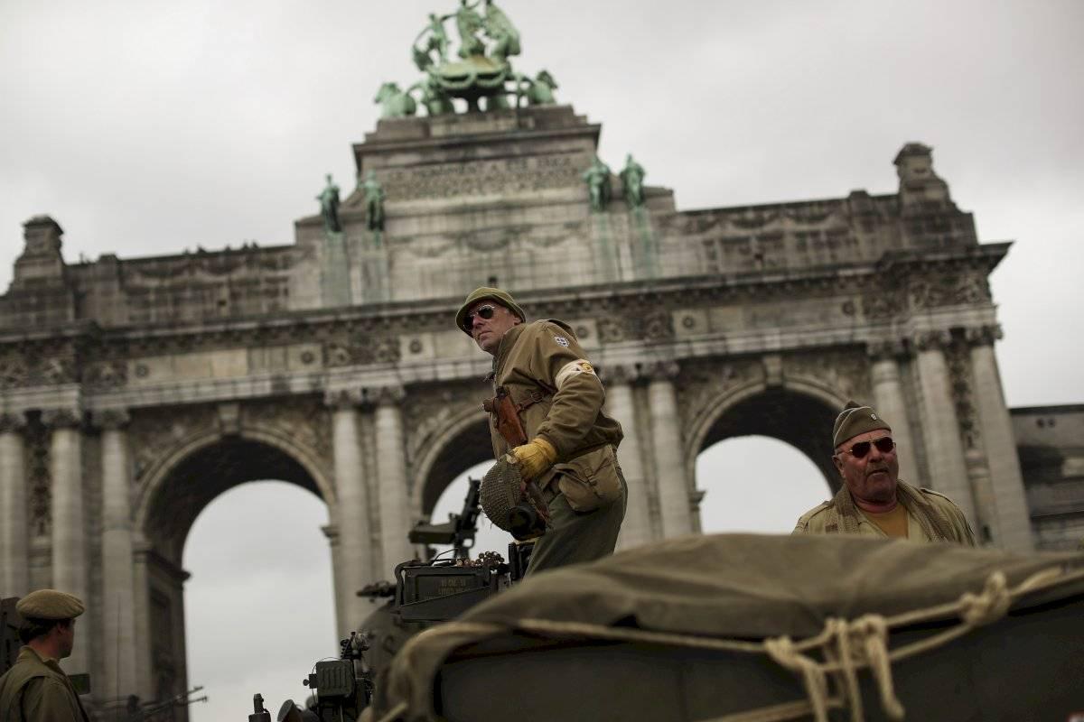 Los entusiastas de la Segunda Guerra Mundial en vehículos de combate antiguos llegan al parque del Cincuentenario durante un desfile militar que conmemora el 75 aniversario de la liberación de Bélgica por los Aliados, en Bruselas, el martes 3 de septiembr
