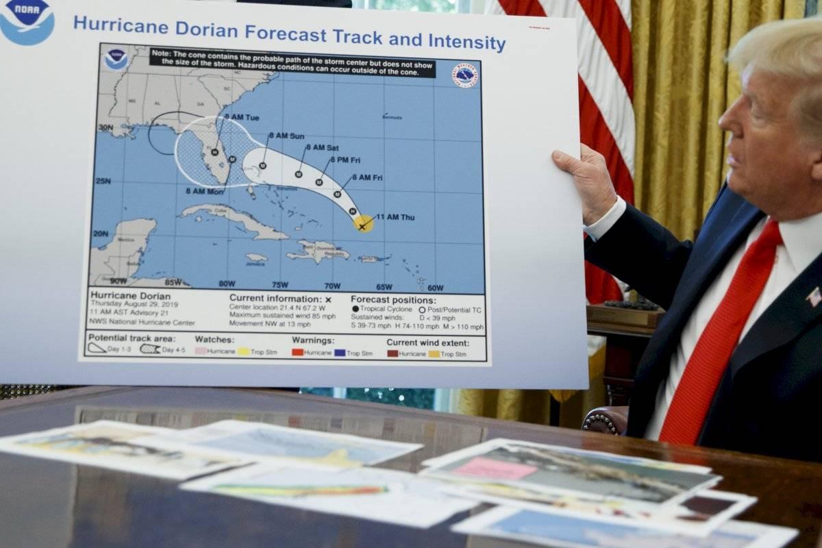 El presidente Donald Trump tiene un gráfico mientras habla con los periodistas después de recibir una sesión informativa sobre el huracán Dorian en la Oficina Oval de la Casa Blanca, el miércoles 4 de septiembre de 2019, en Washington.
