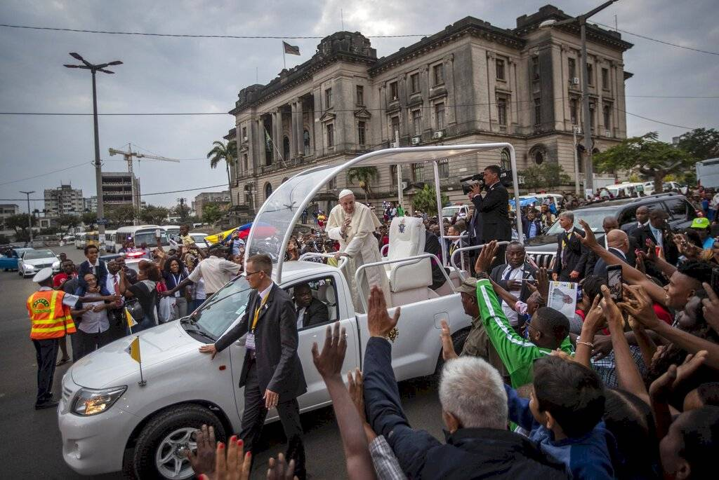 El Papa Francisco saluda a la multitud durante su viaje apostólico en Maputo, Mozambique, el jueves 5 de septiembre de 2019.
