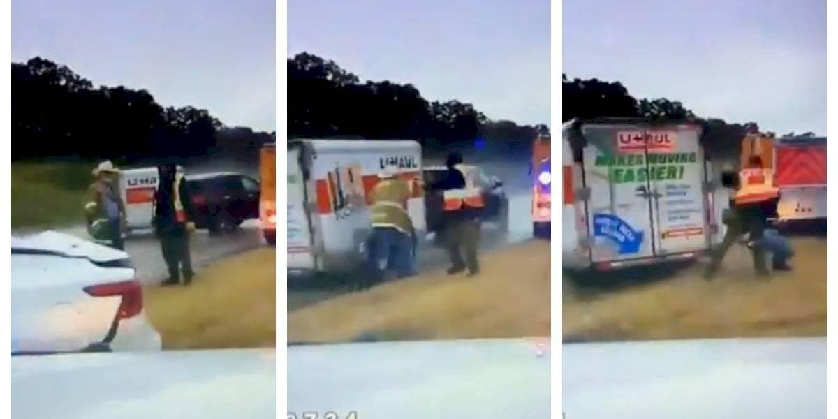 """""""Este video es difícil de ver"""": dos bomberos se salvan de milagro tras ser impactados por un remolque fuera de control"""