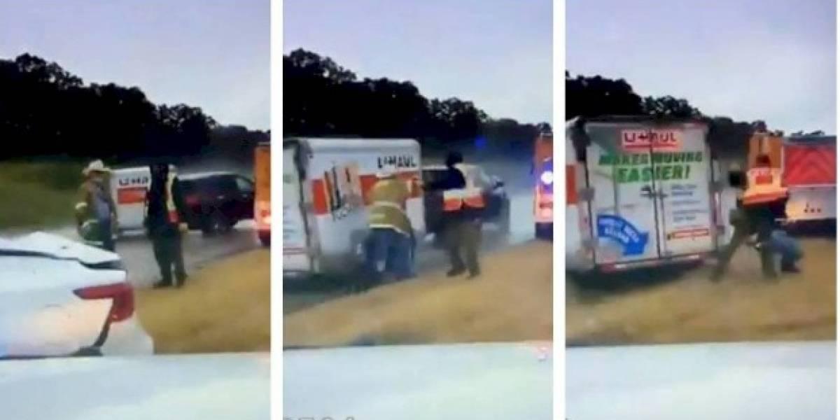 ¡Impresionante! Dos bomberos se salvaron de ser atropellados por un remolque que perdió el control
