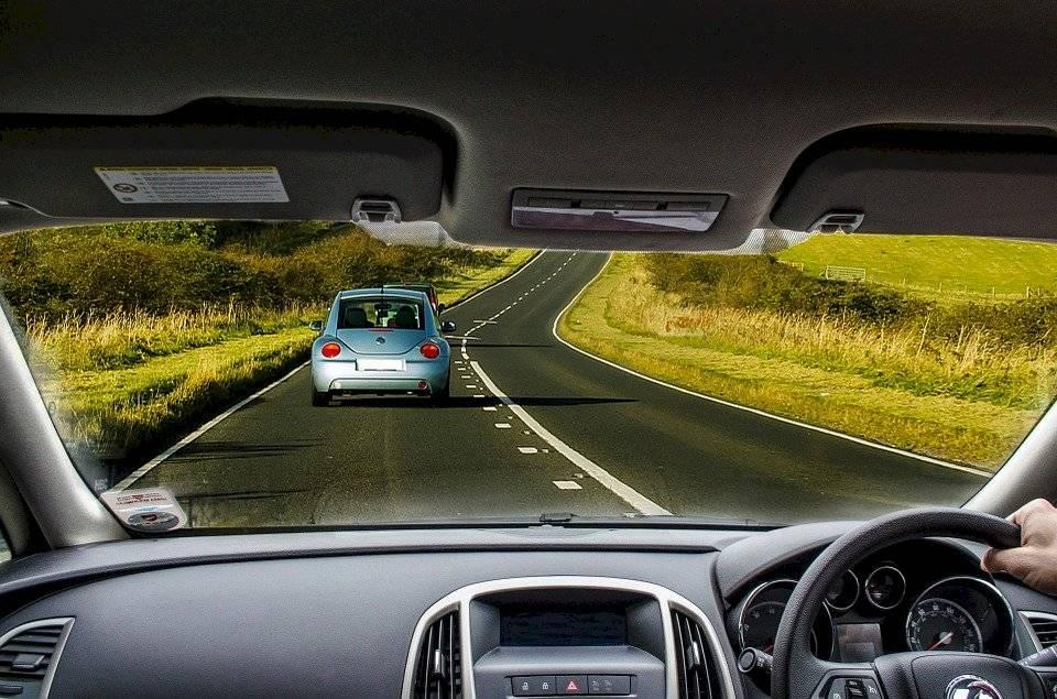 Conducir. Velocidad. Auto. Carretera.