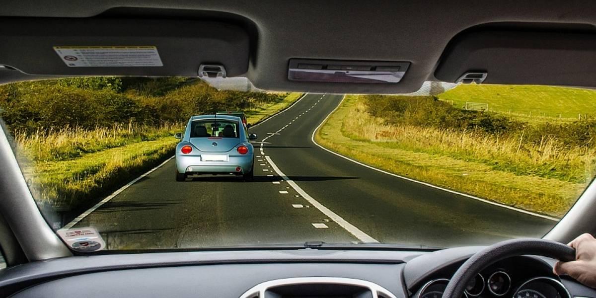 Por qué NUNCA debes conducir a baja velocidad en el carril de alta