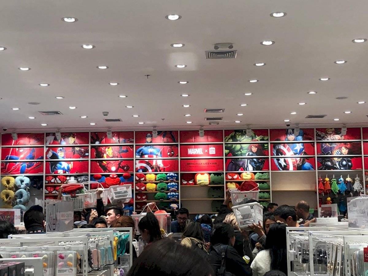 Más de 500 personas se reunieron y esperaron atentamente la apertura de las tiendas para poder adquirir dichos productos