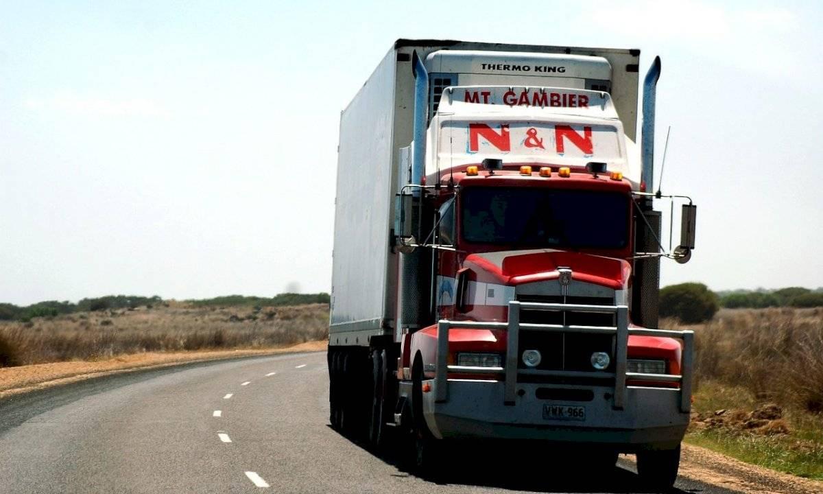 Conducir. Velocidad. Auto. Carretera. Trailer.