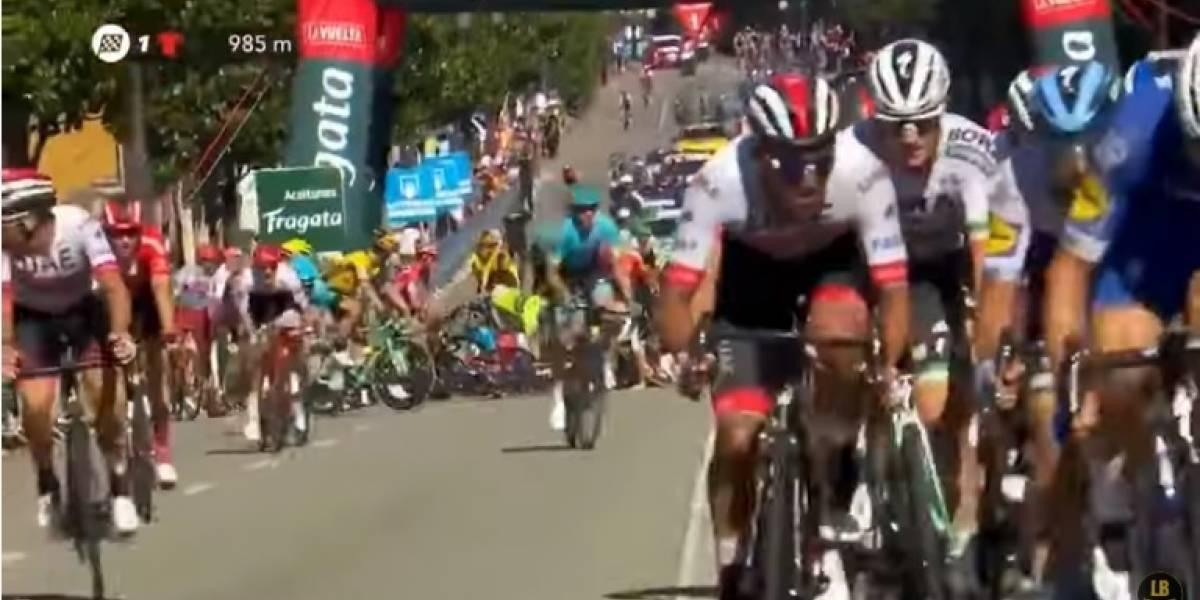 En video: La aparatosa caída que empañó la final de la etapa 14 de la Vuelta España