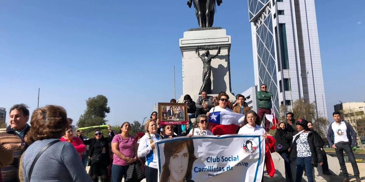 Vivir así es morir de amor: fans de Camilo Sesto despiden a su ídolo en la Plaza Italia