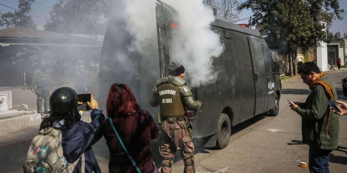Lacrimógena explota en furgón de las Fuerzas Especiales en pleno Cementerio General