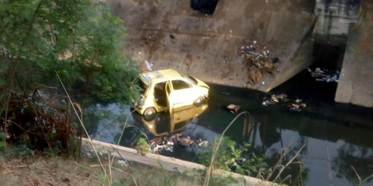 (Video) ¡Grave accidente! Taxista cayó a un caño de aguas residuales