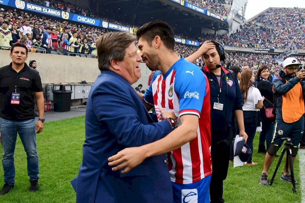 Oribe Peralta saludó a su ex técnico Miguel Herrera. | MEXSPORT