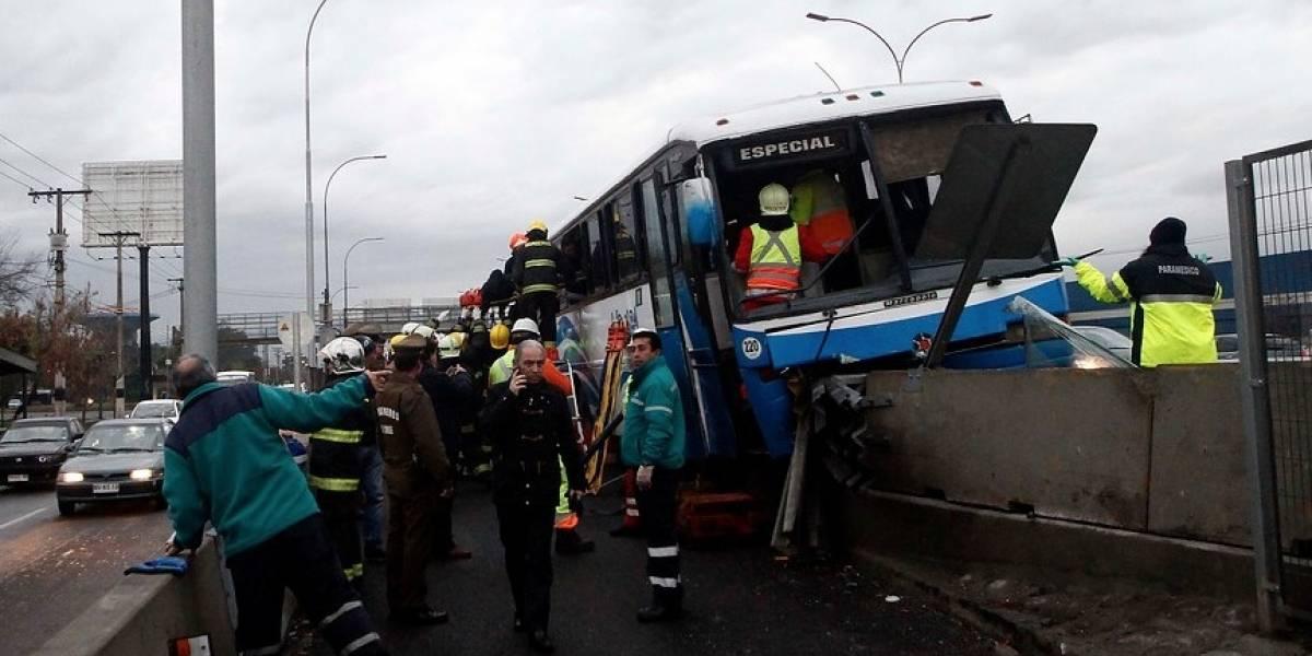 Tránsito obstruído en la Autopista General Velásquez Sur por trágico accidente de un bus