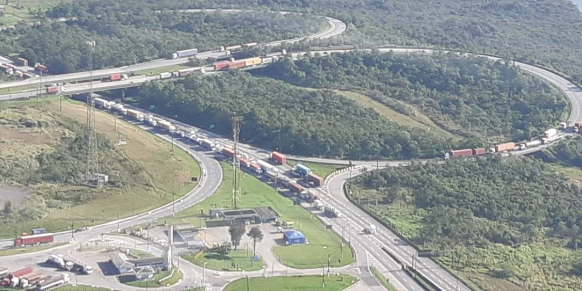 Motorista de caminhão morre após bater em carreta na rodovia Anchieta