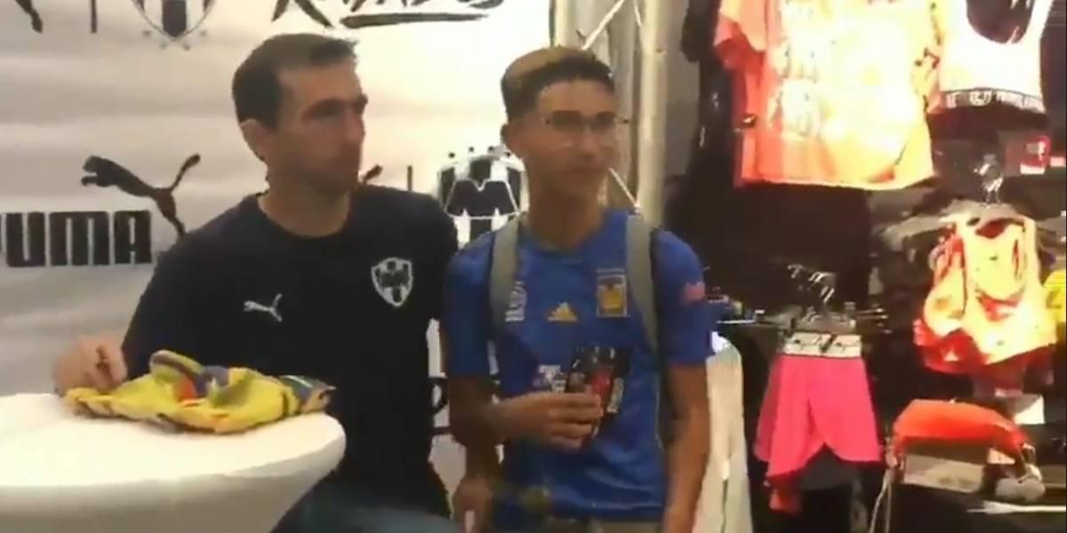 Aficionados felinos se toman fotos con jugadores de Rayados
