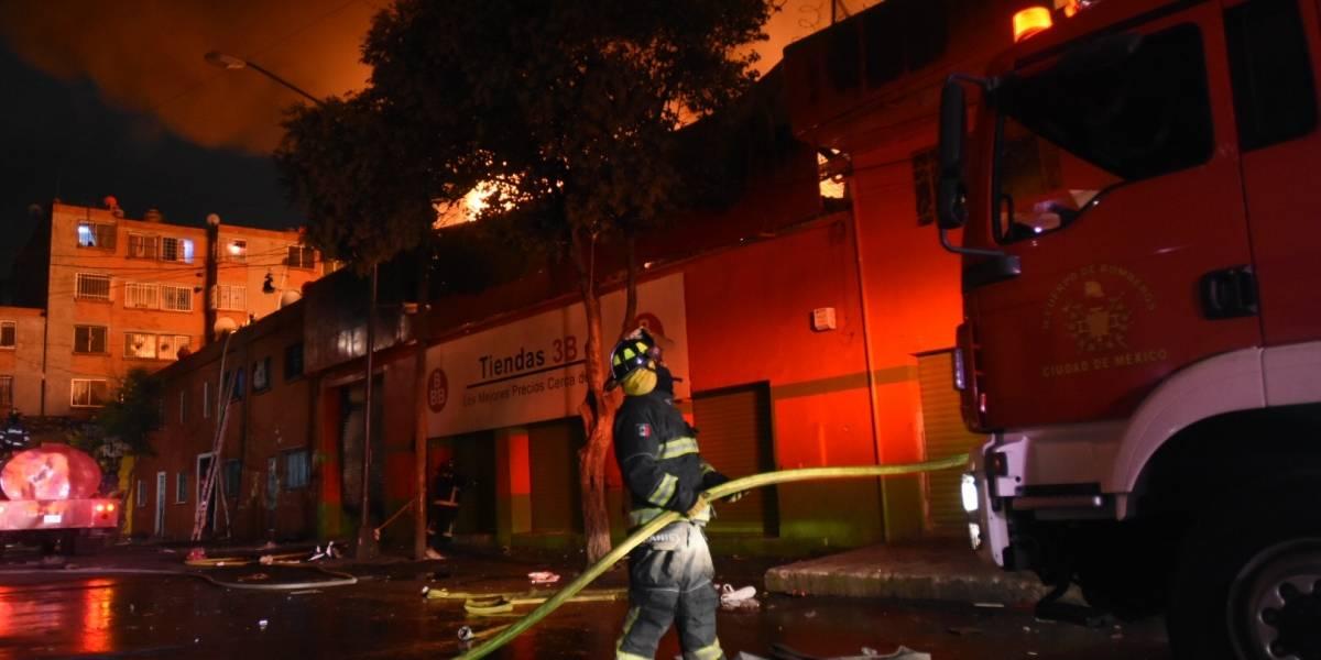 Incendio en bodega de Tepito pudo ser por quema de cohetes
