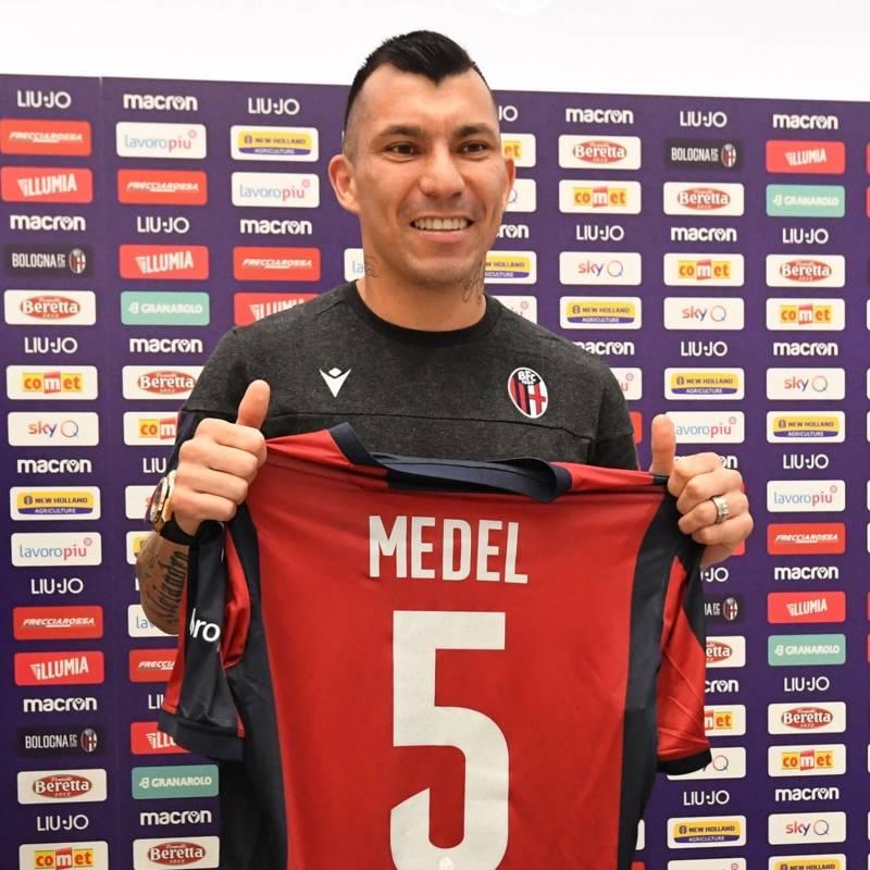 Gary Medel posa con su camiseta número cinco en Bologna. @BfcOfficialPage