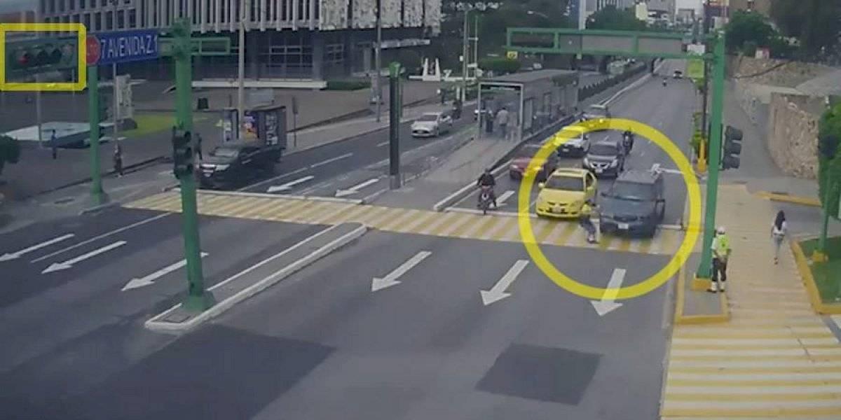 VIDEO. Mujer es atropellada al cruzarse con el semáforo en amarillo