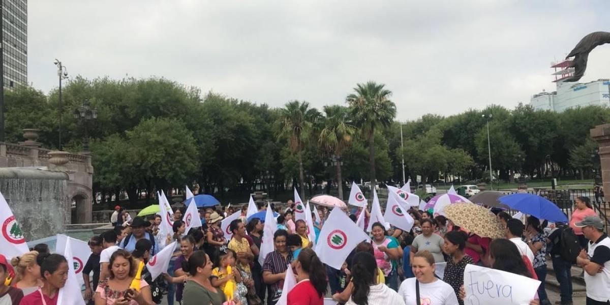 Militantes de Morena se manifiestan en NL; piden evitar ingreso de priistas