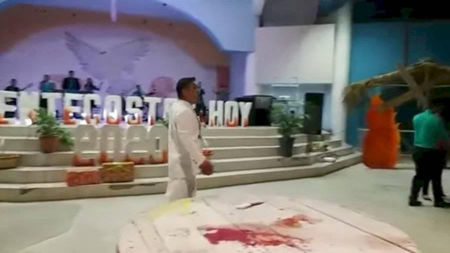 """Pastor Henríquez """"sacrifica"""" a chivo en servicio religioso"""