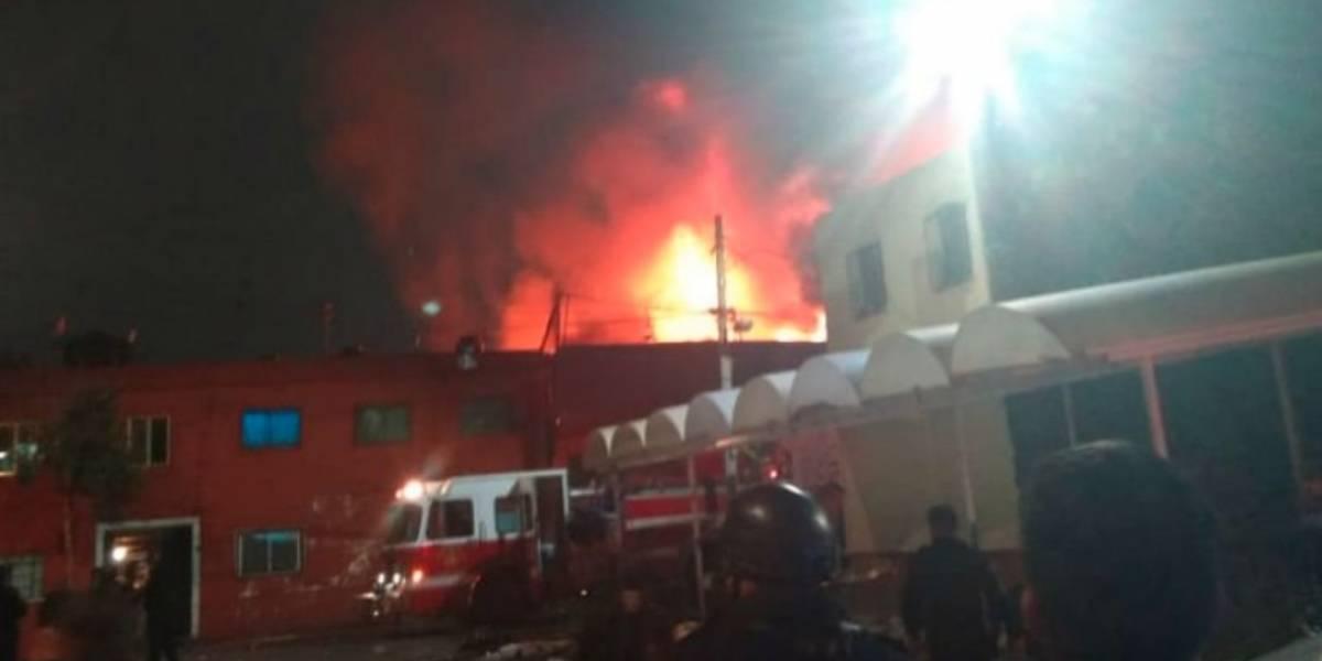 Evacuan a decenas de familias en Tepito por fuerte incendio