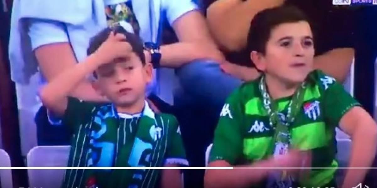 Se resuelve el misterio del niño fumador captado en un partido de futbol