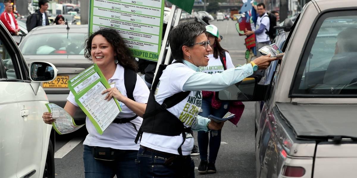 ¡El beso del triunfo! La celebración de Claudia López y Angélica Lozano el triunfo en Bogotá