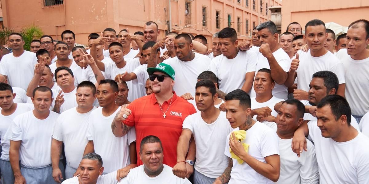 Andy Ruiz sorprende a internos del penal de Topo Chico