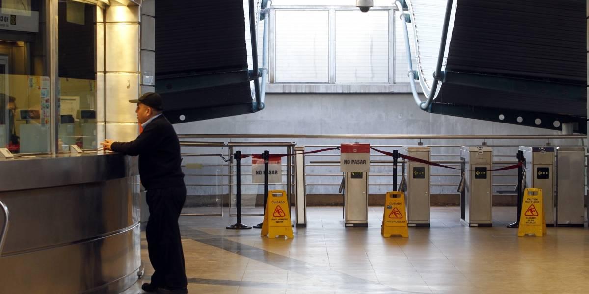 """Acusan """"turnos explotadores"""": unos 400 cajeros del Metro de Santiago iniciaron una huelga legal"""