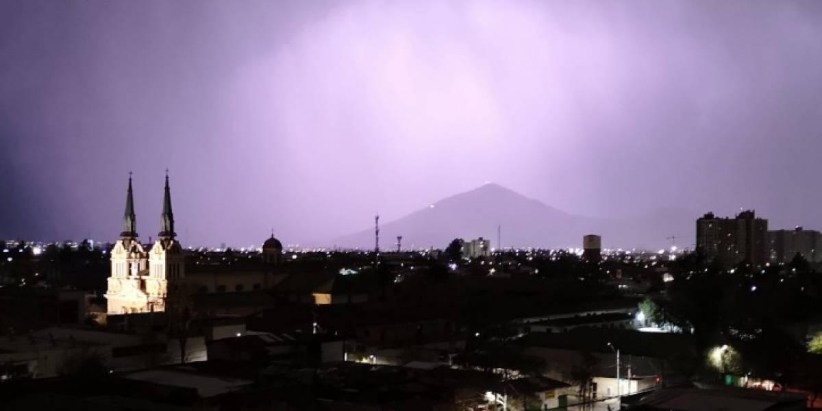 Tormenta eléctrica, lluvia y granizos: así fue el fenómeno que se tomó la madrugada de Santiago